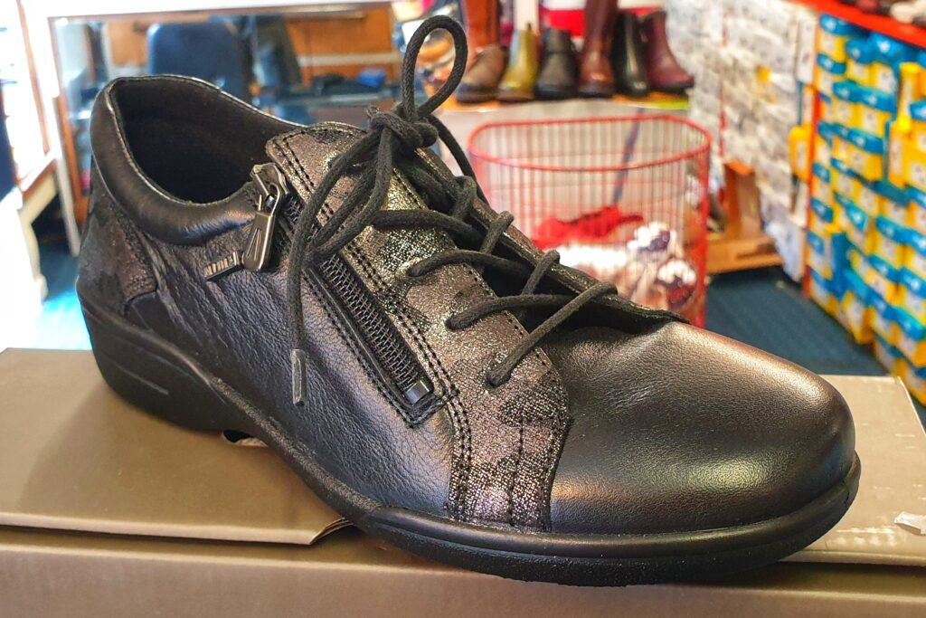 ladies waterproof black shoe